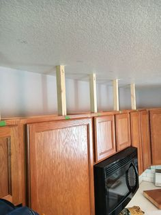 Kitchen Remodel Ideas Learn how to easily add height to your kitchen cabinets! - Learn how to easily add height to your kitchen cabinets and close in that empty space. An easy project that will make your kitchen feel 10 feet taller! Kitchen Cabinet Inspiration, Kitchen Cabinet Design, Kitchen Redo, New Kitchen, Kitchen Ideas, Cabinet Ideas, Rustic Kitchen, Ugly Kitchen, Distressed Kitchen
