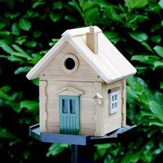 Vogelhuisje Skogsstugan  Skogsstugan is een voederhuisje en nestkastje.   Als voederhuisje: De Multiholk® bevat een 2-liter reservoir voor vogelzaad. Het compartiment is middels een afscheiding in twee delen op te delen waardoor 2 soorten voedsel gebruikt kunnen worden. Dit maakt de Multiholk® tot een druk bezochte voederplaats van diverse vogels.De ronde invliegopening kan afgesloten worden op het moment dat de Multiholk® als voederhuisje dienst doet.