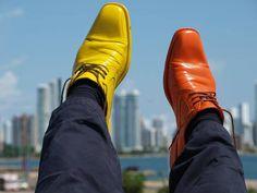 Por el Caribe colombiano, con unos zapatos viejos pintados de colores, el autor Jordi Roca (Barcelona) pretende dar valor a lo simple reutilizando unos inservibles zapatos, dándoles una nueva vida al pintarlos de colores para pasear con ellos por el mundo.. En esta ocasión en 2011 en Cartagena de …