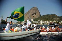 Dezenas de embarcações com ativistas, atletas e políticos participaram de barqueata na Baía de Guanabara alertando para a poluição no local, que será palco de atividades olímpicas