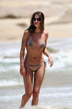 Rosie Huntington-Whiteley en maillot de bain bikini http://www.vogue.fr/mode/inspirations/diaporama/les-mannequins-en-maillot-de-bain/21353#rosie-huntington-whiteley-en-maillot-de-bain