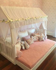 Cama linda do método Montessori, que a nossa designer Luciana Centrone desenhou  em tamanho especial para a criança ter liberdade de dormir bem gostoso e com um espaço incrível todos os produtos e projetos  são da Mamalu !!! Para informações ou valores em contato@mamalu.com.br ou (11)3088.8949. #cama #crianca #kids #kidsfashion #instakids #baby #babykids #bebe #bebes #mae #girl #boy #menina #menino #montessori #montessoriano #moveis #projeto #arquitetura #design #designdeinteriores #designer…