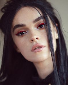 red eyeliner on dark eyes Makeup Goals, Makeup Inspo, Makeup Inspiration, Makeup Tips, Basic Makeup, Makeup Videos, Rot Eyeliner, Color Eyeliner, Blue Eyeliner