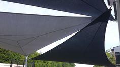 Confection et installation de trois voiles d'ombrage en Soltis 92 (Serge Ferrari) avec deux mâts démontables en acier laqué.