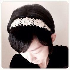 ご覧いただきましてありがとうございます!こちらは、一枚一枚丁寧に編んだ、レース編みのお花モチーフをつなげて作ったヘアバンドです(*^^*)お花のデザインは女の...|ハンドメイド、手作り、手仕事品の通販・販売・購入ならCreema。