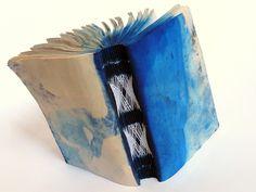 estudo para encadernação rendada sobre papel jornal tingido. Luisa Gomes Cardoso para o Canteiro de Alfaces.