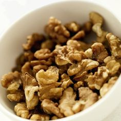 Las nueces: son una de las mejores aliadas del cerebro. Además de aportar ácidos omega-3, omega-6 y vitaminas B6 y E, producen importantes efectos positivos sobre el tejido neuronal debido a su contenido en polifenoles y sustancias bioactivas. Puedes agregarlas a tus ensaladas, consumirlas con tu cereal por la mañana o bien solas en cualquier momento del dia.