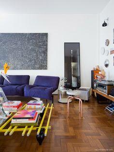 Sala de estar da designer Carol Gay tem mesa de centro Metro, criação da moradora.