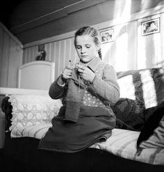 Verdingkinder | Fillette placée en train de tricoter, Canton (...)