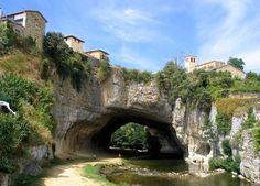 Un pueblo sobre un puente natural de roca, en España (Puentedey, Castilla y León)