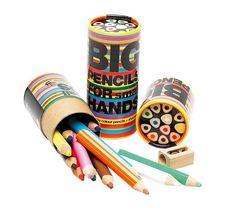 Big pencils for Small hands! Lekker dikke potloden met een afgerond driehoekig profiel. Ideaal voor de goede grip.  12  gekleurde potloden plus een houten puntenslijper in een glanzende koker.