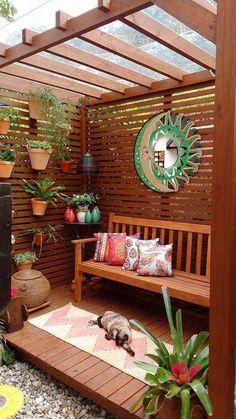 Cobertas por plantas ou não, as estruturas de madeira adicionam graça e romantismo aos jardins e varandas. Veja os recantos enviados pelos nossos leitores