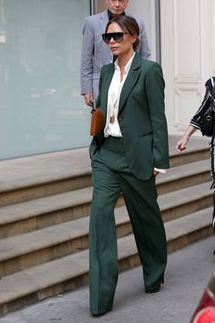 "Victoria Beckham put the ""pow"" in power suit with hunter green separates and knockout accessories. Moda Victoria Beckham, Style Victoria Beckham, Victoria Beckham Outfits, Victoria Beckham Wedding, Victoria Beckham Fashion, Victoria Beckham Sunglasses, Victoria Fashion, Vic Beckham, Beckham Suit"
