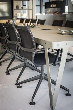 Een industrieel en stoer kantoorinterieur met verwijzingen naar de wereld van de scheepvaart. #SMTShipping #DZAP #office #interior #design #styling #industrial #kantoor #interieur #ontwerp #cyprus #architecture