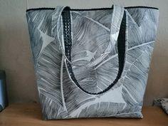 Sac cabas Cabôtin en imprimé feuilles noires et blanches cousu par Jocelyne - Patron Sacôtin