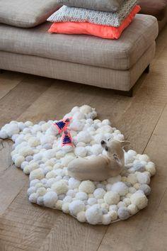 Nu de herfst in aantocht is, is een zacht tapijt op de grond de hemel voor je voeten. Het enige wat je nodig hebt, is een koude regenachtige dag om gezellig te knutselen. Met deze stap voor stap beschrijving kan iedereen het!