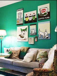 Peinture couleur vert émeraude pour la décoration du salon esprit nature. A associer avec un canapé gris et des touches de couleur bleue