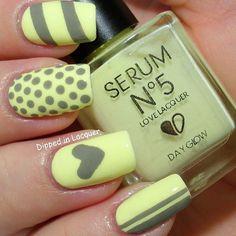 amarillo con diseño gris