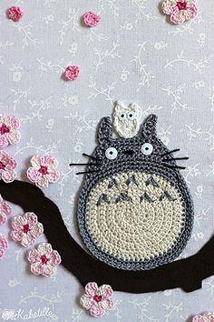 Les trois Totoro (gros gris, moyen bleu et petit blanc) de Mon voisin Totoro de Hayao Miyazaki, en appliqué à crocheter soi-même pour les coudre partout !