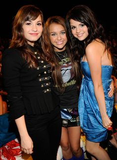 At the Teen Choice Awards in LA, Selena met up with her pals Demi Lovato and Miley Cyrus.