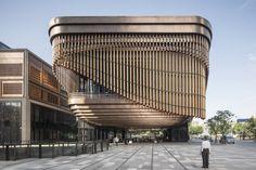 Ubicado en el centro de Shanghái, este centro cultural multifuncional es parte del Bund Finance Centre, un proyecto en conjunto entreHeatherwick...