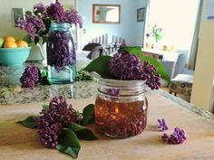 ПОКА ЦВЕТЕТ СИРЕНЬ ЗАПОЛНИТЕ БАНКУ РАСТИТЕЛЬНЫМ МАСЛОМ И ФИОЛЕТОВЫМИ ЦВЕТКАМИ – БУДЬ В ТЕМЕ Herbal Medicine, Health And Beauty, Lilac, Herbalism, Diy And Crafts, Glass Vase, Herbs, Handmade, Hygge