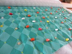 Color Me Quilty: Board Basting. Great idea for basting smaller quilts. Quilting Board, Quilting Tools, Quilting Rulers, Quilting Tutorials, Quilting Projects, Quilting Designs, Sewing Projects, Quilting Ideas, Sewing Ideas