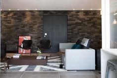 A decoração elegante é composta de tons escuros e móveis de linhas simples