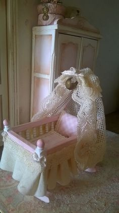 Miniature dollhouse CRADLE and CHANGING TABLE - Culla e fasciatoio miniatura di…