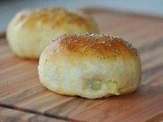 Ingredientes 500 g de farinha de trigo 250 ml de leite 50 ml de água 50g de margarina ou manteiga 10g de fermento biológico em pó 2 ovos 1 colher de sopa de