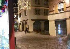 Strasburgo Francia: Spari al Mercatino di Natale. Morti e Feriti. Le Immagini Riprese da un Cellulare. Spari in un mercato di Natale a Strasburgo, in Francia. È accaduto intorno alle 20 di martedì 11 dicembre. Secondo il bilancio dell'attentato l'assalitore che ha aperto il fuoco ha raggiunto con i suoi colpi 13 persone, quattro hanno perso la vita. Si tratta di un bilancio provvisorio. L'area intorno al centro storico è stata blindata e una persona è stata identifi