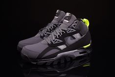 The Nike Air Trainer SC High Sneakerboot - Dark Grey/Cool Grey - Black - Volt revives a familiar colorway on a cross-trainer designed silhouette.