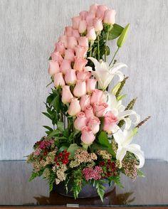 36 Rosas Espiral $1,190.00 Arreglo floral en base tradicional con 36 rosas (color a elección) en diseño de espiral, acompañado de follajes verdes y complementos. Es importante hacerle