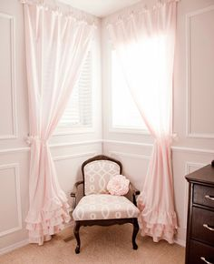 Recamier: know what it is and how to use it in decoration with 60 ideas - Home Fashion Trend Baby Room Curtains, Ruffle Curtains, Pink Curtains Nursery, Cute Curtains, Kids Curtains, Beautiful Curtains, Corner Window Curtains, Corner Window Treatments, Window Blinds