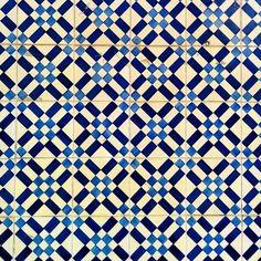 Disegni lisboeti bellissimi: #Azulejos  #walls #Lisboa #igerslisbon #igerslx #igerslisboa #lisboalovers #igersportugal #portugal #instatravel #instapassport #travelgram #lovinglisbon #igerspt #faded_world #faded_portugal #faded #instalisboa #amar_lisboa #super_portugal #super_lisboa #portugal_em_fotos #portugaldenorteasul #house #facade #instalisboa #design #tiles #azulejo #minimalism #tileaddiction by elenart_7