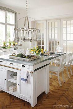 K anglickej kuchyni patria ostrovčeky, neodmysliteľné sú tradičné kovové úchytky. (foto: anglickasezona.cz)