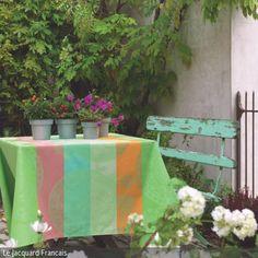 Eine große Hecke, verschiedene Blumen und eine Sitzbank im Vintage-Look lassen die Terrasse fast ein wenig geheimnisvoll wirken. Passend zur türkisfarbenen Sitzbank …