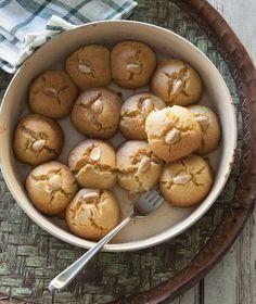 Τα σεκέρ παρέ είναι ένα από τα πιο αγαπημένα μας ανατολίτικα κεράσματα. Τι είναι; Λαχταριστά σιροπιαστά μπισκότα με σιμιγδάλι.