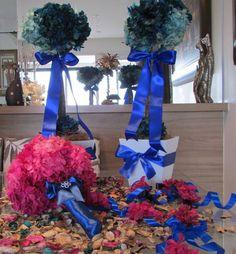 Kit corresponde ao seguinte:  -1 Bouquet noiva de Hortência desidratadas(dura eternamente); - 3 corsages para madrinhas ou damas; -2 topiaras G  Bouquet noiva em Hortência desidratada, fita azul royal! dura eternamente! nas cores rosa e pink, com pontos de luzes e broches ambos em STRASS! mede aproximadamente por diâmetro. 25x27 cm.alt.   Pulseiras de hortencia pink desidratada, na fita azul royal  Topiaras tamanho G, cor azul royal e azul bebe, fita azul royal - cada arranjo mede vaso 15x15…