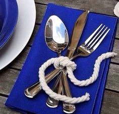 Que tal dar um toque náutico e charmoso na sua mesa para receber os convidados? Ideia genial do instagram @mesa_chic.