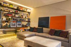 """""""Esse apartamento localizado na Zona Sul de São Paulo tem jeito de casa e décor adaptada para a nova etapa da vida de seus moradores. A Triplex Arquitetura foi responsável por assinar o design de interiores..."""""""