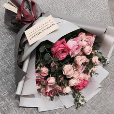 Things to Know about Deals on Valentine's Day Flowers Online Boquette Flowers, How To Wrap Flowers, Beautiful Bouquet Of Flowers, Luxury Flowers, Beautiful Flower Arrangements, Roses Luxury, Gift Flowers, Pretty Flowers, Birthday Bouquet