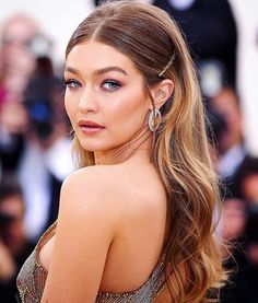 Get the Look: Best Jewelry at the Met Gala 2018 – – formal hairstyles Easy Party Hairstyles, Ball Hairstyles, Sleek Hairstyles, Bride Hairstyles, Down Hairstyles, Straight Hairstyles Prom, Straight Prom Hair, Model Hairstyles, Bridesmaid Hair Straight