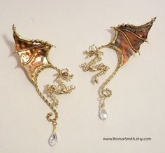 Sort of mutant Dragon Ear Wires / Elf Ears. The Dragon hangs in front of the ear and the wings come up behind them. Dragon Necklace, Dragon Jewelry, Dragon Ear Cuffs, Elf Ears, Diy Schmuck, Fantasy Jewelry, Wire Jewelry, Bronze Jewelry, Jewellery