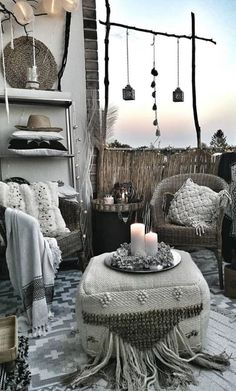 A seating area in BLACK AND WHITE BOHEMIAN style. Lots of patterns & textures. L Bohemian House Decor area Black Bohemian lots patterns seating Style textures White White Bohemian, Bohemian Decor, Bohemian Style, Bohemian Living Rooms, Living Room Decor, Deco Boheme Chic, Happy Evening, Balkon Design, Outdoor Seating Areas
