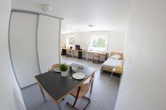 Exemple de salle à manger d'un studio double Maurice, Office Desk, Oversized Mirror, Studio, Furniture, Home Decor, Dinner Room, Desk Office, Decoration Home