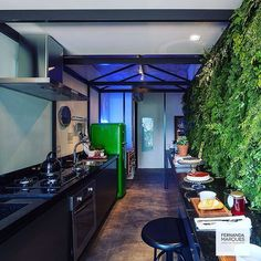 Cozinha com toque de cor 👌 Kitchen with a touch of color 👌 #dicasfernandamarques #fernandamarquesarquiteta #kitchen #gourmet #food #friends #family #cook #color #ideas #design #interiordesign #interior #decor #fernandamarques #fernandamarquesarquiteta