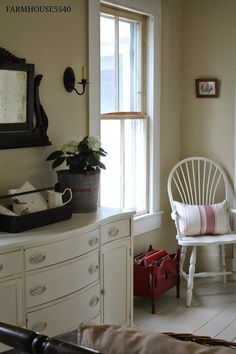 New farmhouse bedroom red accents 39 Ideas Farmhouse Bedroom Decor, Farmhouse Interior, Farmhouse Chic, Vintage Farmhouse, Red Accents, Home Accents, Basement Guest Rooms, Bedroom Red, Serene Bedroom