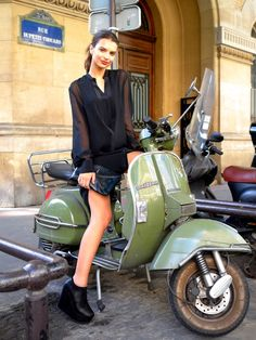 All things Lambretta & Vespa Moto Vespa, Piaggio Vespa, Lambretta Scooter, Scooter Motorcycle, Vespa Scooters, Motorcycle Girls, Lml Vespa, Vespa 200, Emily Ratajkowski