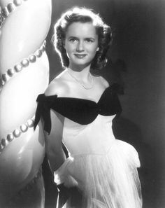 A very young Debbie Reynolds in an early publicity photo. Golden Age Of Hollywood, Old Hollywood, Hollywood Glamour, Jane Powell, Debbie Reynolds, Carrie Fisher, Eddie Fisher, Black And White Portraits, Hollywood Celebrities
